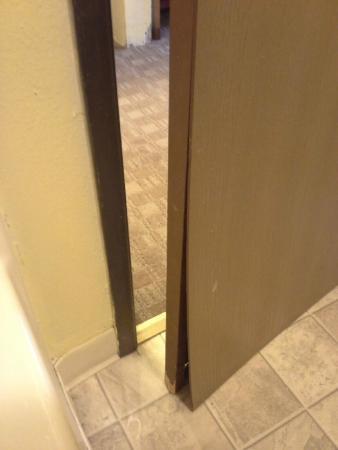 Super 8 York : Broken bathroom door