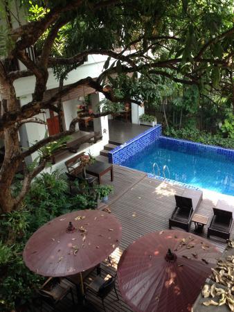 Baan Klang Wiang: Pool & courtyard