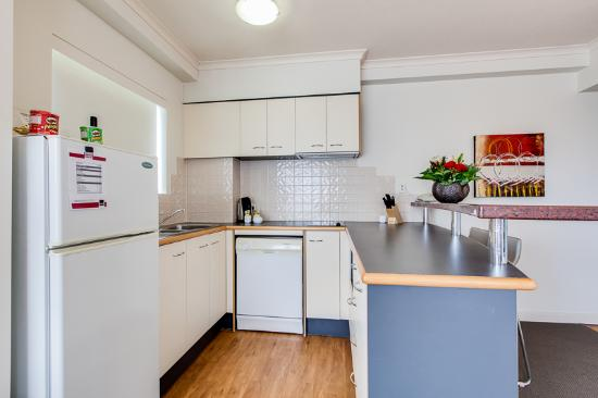 Central Cosmo Apartments: 1 Bedroom King or Queen - kitchen