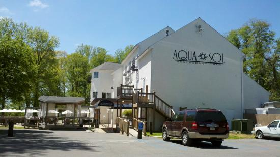 Aqua Sol Restaurant & Bar: Easy parking in the forest and who knew there was a marina here?