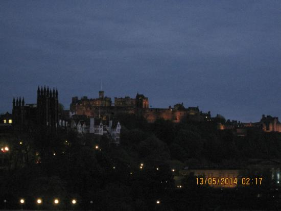Travelodge Edinburgh Central Rose Street: Edinburgh Castle from the hotel