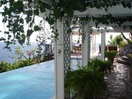 Le Gallerie: Pool covered walkway