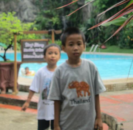 Hotel Makassar Golden: Edgar and Ezra at swimming pool