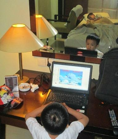 Hotel Makassar Golden: Edgar is playing games in the hotel room