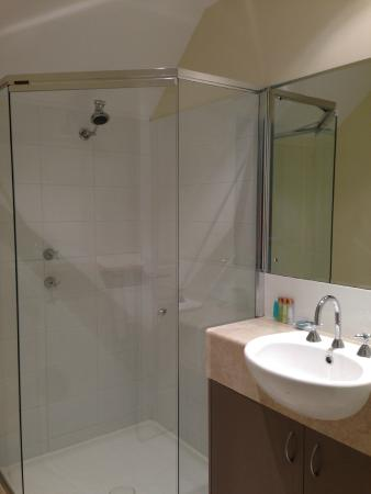 Cape View Beach Resort: Shared bathroom - upper floor
