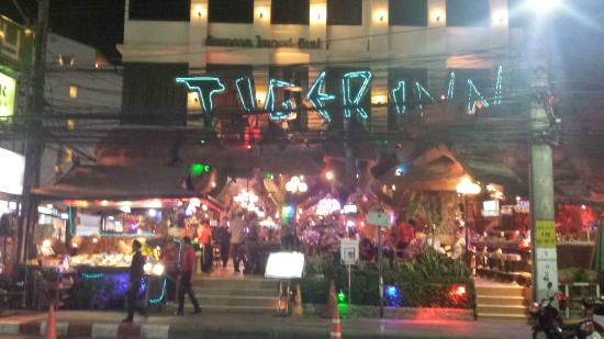 Tiger Inn Hotel: View of hotel at night