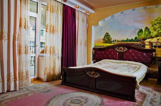 Ezio Palace: king size bed
