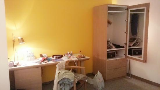 Stiles Hotel By Clevelander: Closet and desk