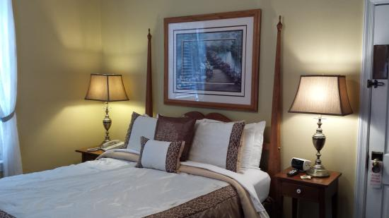 The Country Inn of Berkeley Springs: Historic Queen Deluxe Room