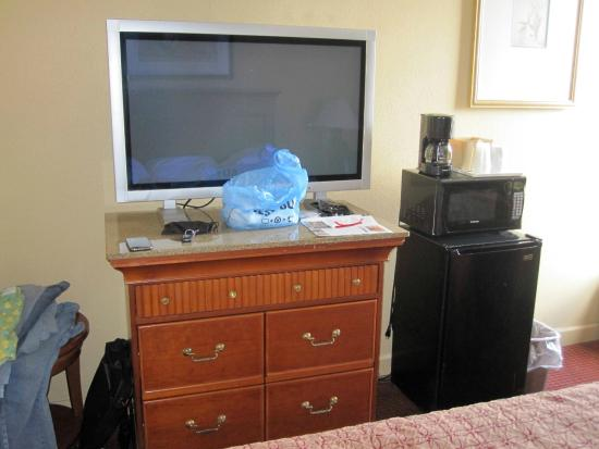 """Super 8 Myrtle Beach/Market Common Area: Large (40""""?) flat screen TV works well, but no HD."""