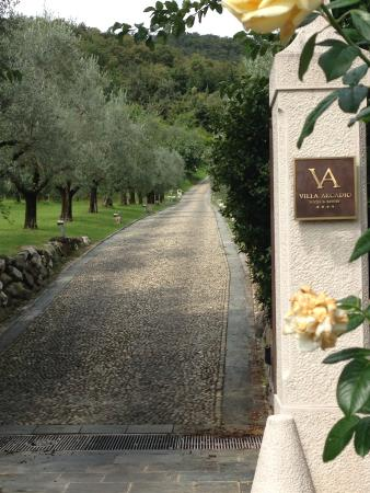 Villa Arcadio Hotel & Resort: The gate and lawn is promising, the fun starts here!