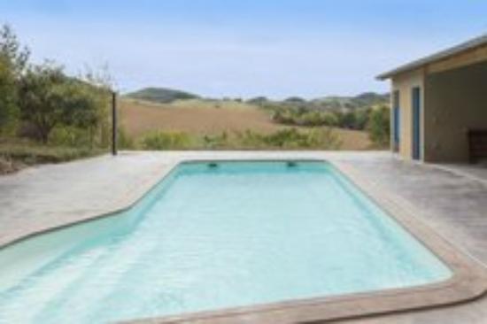 Plavilla, France : piscine