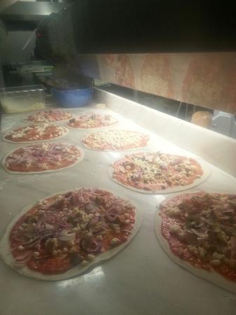 Ristorante FUORI ZONA: stesura pizze