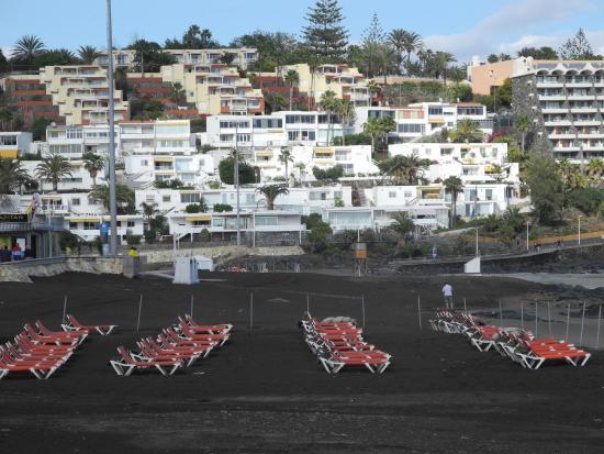 Playa de San Agustin : Chaises longues et vides sur le sable noir de San Agustin