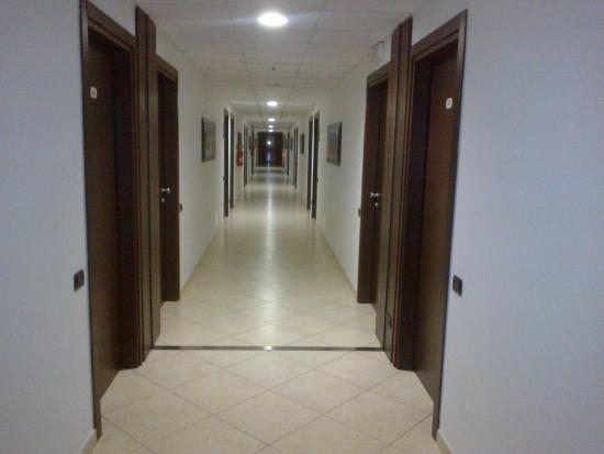 Corridoio 4° piano pavimento rumoroso in piastrelle foto di