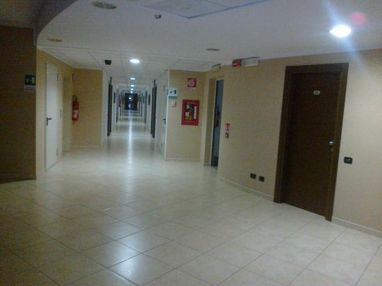 Corridoio ° piano pavimento rumoroso in piastrelle foto di