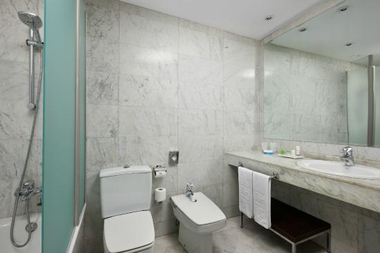 NH Salamanca Palacio de Castellanos: Bathroom