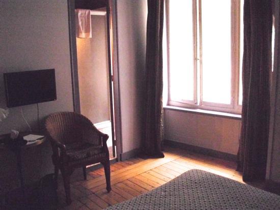 Hotel La Porte Dijeaux : Bedroom with bathroom