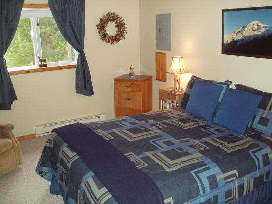 Farview Bed and Breakfast: Large Bedroom with Queen Bed