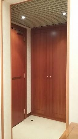 Hotel Excelsior Magenta: Vista della stanza. L'armadio e il piccolo boudoir