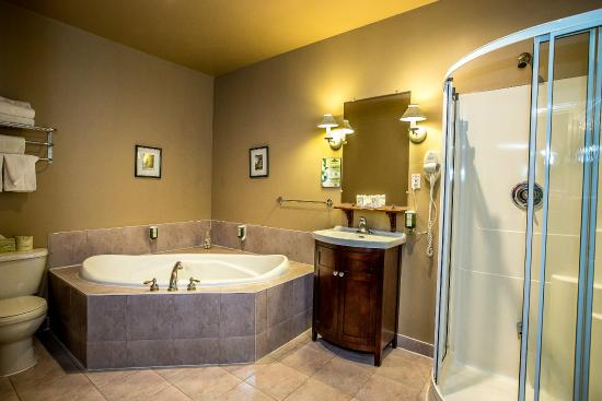 Auberge le Jardin d'Antoine: Deluxe and Suites have whirlpool bath and Shower. Chambre Deluxe et Suites