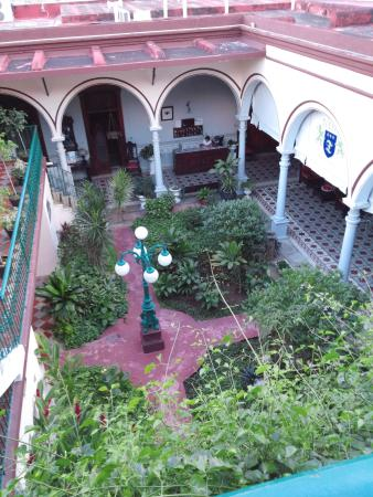 Hotel Posada Toledo & Galeria: The view of the courtyard from our terrace.