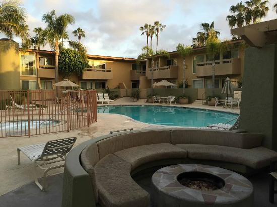 Winners Circle Resort: Pool & firepit outside of clubhouse