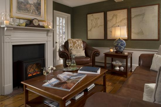 Chatham Gables Inn: Living Area/Chart Room