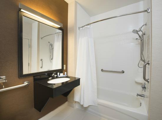 Fairfield Inn Huntsville: Accessible Guest Bathroom