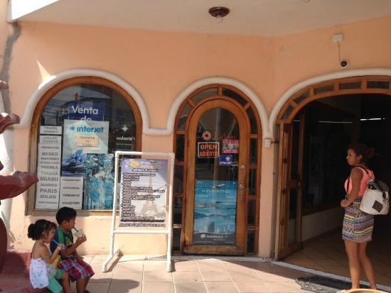 Hotel Alux Cancun : Cuenta con todos los servicios y hay una agencia de viajes donde les dan información turística