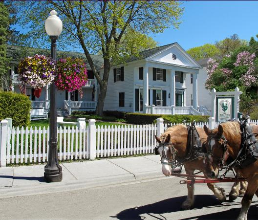 ‪‪Haan's 1830 Inn‬: Spring blooms with lilacs at Haan's 1830 Inn!‬