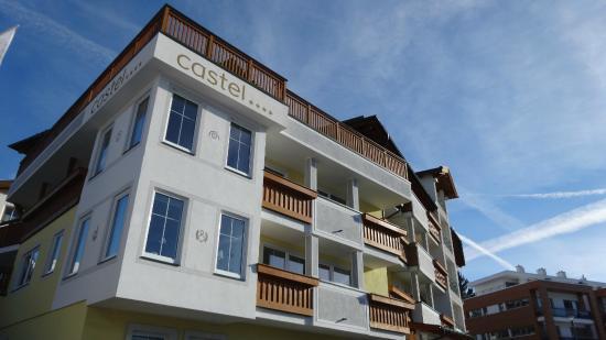 Hotel Castel: voorkant hotel vanaf de straat