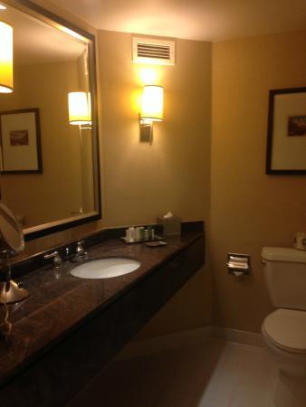 Hilton Long Beach: Bathroom