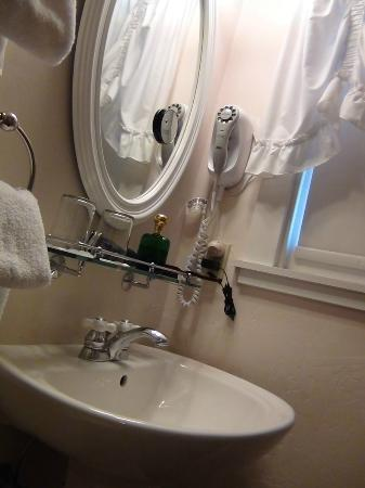 Weaverville Hotel & Emporium: Antique, yet great shape, clean and everything you would expect, and more. Like shower and tub w