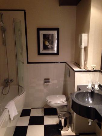 Mooie badkamer, vloer wordt alleen erg nat met douchen. - Foto van ...