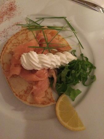 Le Vieil-Baugé, France : Entrée du traiteur : saumon, blinis et crème de fromage aux herbes (très bon)
