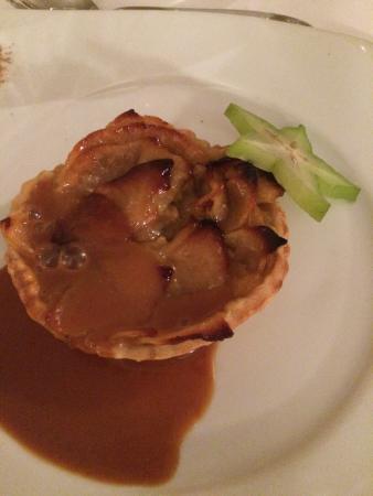 Le Vieil-Baugé, France : Dessert : tarte aux pommes sauce caramel