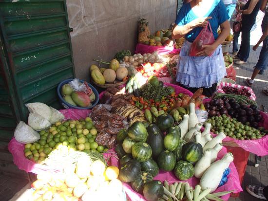 Nicaragua Asi Tours: Shopping at the market.