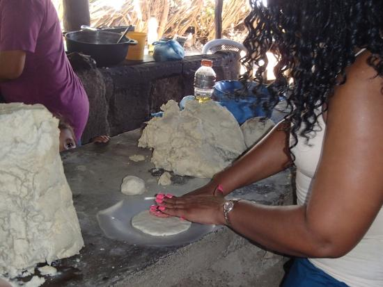 Nicaragua Asi Tours: Making tortillas.