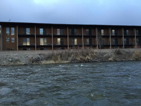 Stagecoach Inn: Another view of the hotel from the river