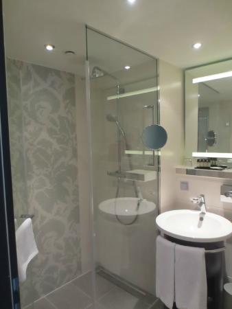 Badkamer met witte handdoeken en een handige scheerspiegel - Foto ...