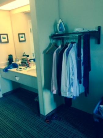 Quality Inn Palm Bay: open concept closet - weird and bathroom is half in hall
