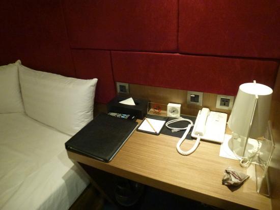 MAI HOTEL-Nanjin E.Branch : Небольшой столик