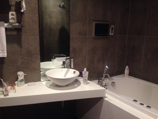 Hotel Tria: TV in bath and very modern
