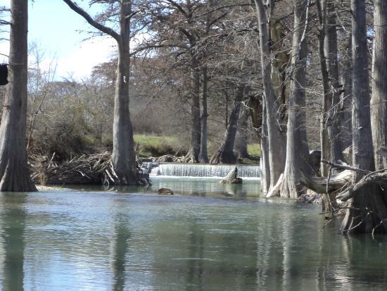 Haven River Inn: Quiet walk along the river.