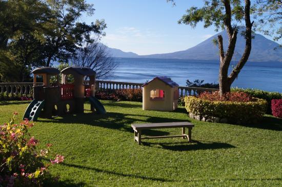 Hotel La Riviera de Atitlan: Jardines frente al Lago de Atitlán