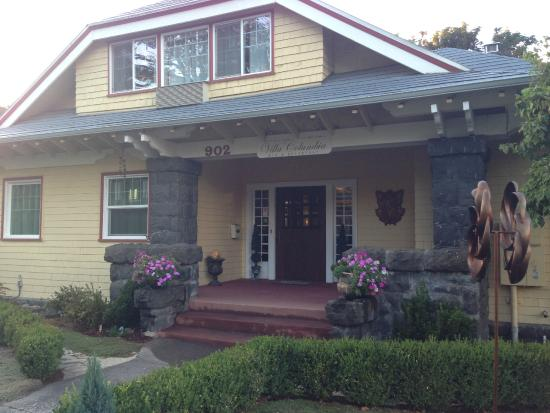 Villa Columbia Bed and Breakfast: The front of the B&B from the sidewalk