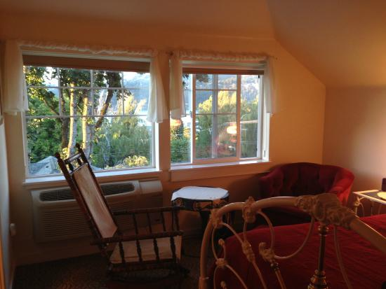Villa Columbia Bed and Breakfast: Our room including rocking chair and hasket