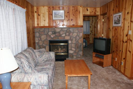 Whispering Pines Resort: Living area