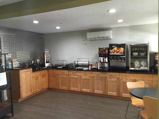 Excel Inn & Suites: Breakfast Room